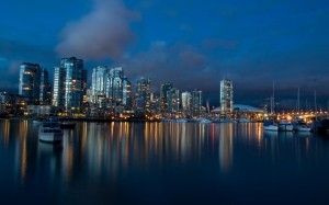 Desktop Wallpaper: City Reflected in Wa...