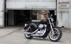 Desktop Wallpaper: Black Motorcycle Par...