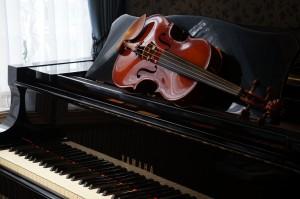 Desktop Wallpaper: Brown Violin On Pian...