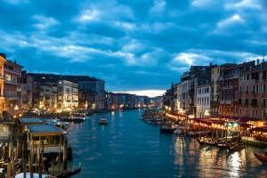 Desktop Wallpaper: Venice Canal Under B...