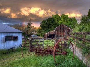 Brown Wooden Barn House Near Green Forest Under Cloudy Sky During Daytime - скачать обои на рабочий стол