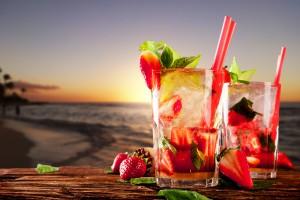 Desktop Wallpaper: 2 Drinking Glasses W...