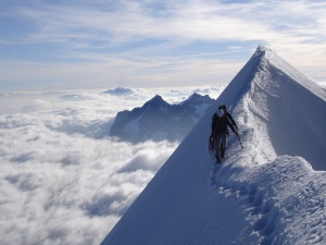 Man Crossing The Snoe Mountains - скачать обои на рабочий стол