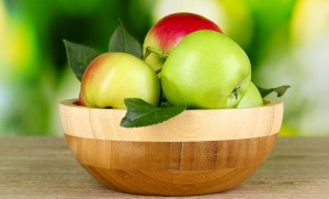 Green And Red Apple Fruits In Brown Round Wooden Bowl - скачать обои на рабочий стол