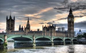 Desktop Wallpaper: Big Ben Beside Green...