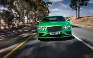 Desktop Wallpaper: Green Sports Car Tra...