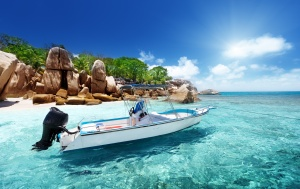 Desktop Wallpaper: White Speed Boat Und...