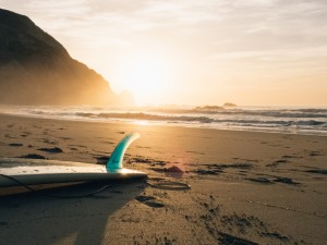 Desktop Wallpaper: White surfboard