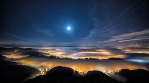 Desktop Wallpaper: Picture of moon in t...