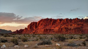 Desktop Wallpaper: Red mountains and de...