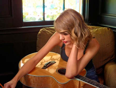Talor Swift is writing a song